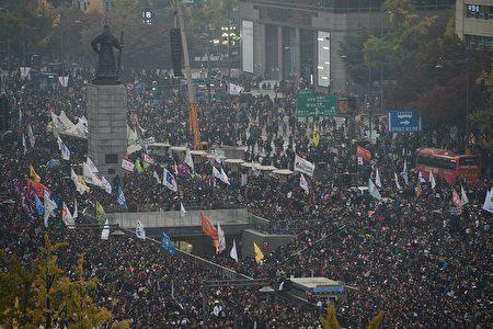 11月5日數萬民眾群聚在首爾市中心要求總統朴槿惠下台。(ED JONES/AFP/Getty Images)