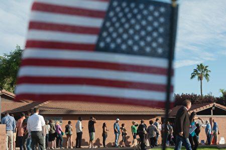搖擺州亞利桑那州選民耐心等候投票。(LAURA SEGALL/AFP/Getty Images)