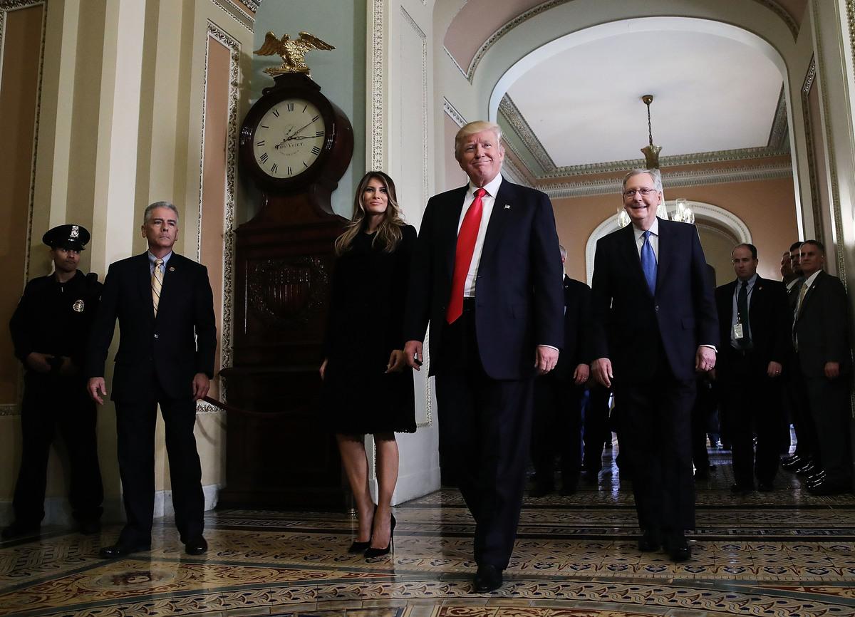 特朗普因意外當選瞬間變身「白天鵝」,道指以不斷刷新歷史高峰慶賀。圖為特朗普(中)當選總統後,11月10日到美國國會與多數黨領袖麥康奈爾(Mitch McConnell,右)會面。 (Mark Wilson/Getty Images)