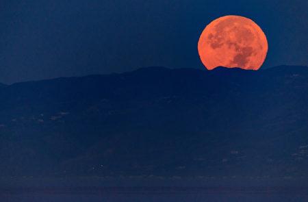 美國加州上空的超級月亮。(Christopher Polk/Getty Images)