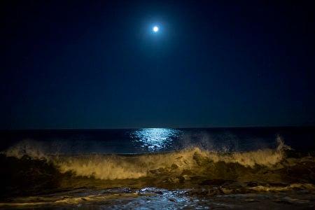 美國加州上空的超級月亮。(David McNew/Getty Images)