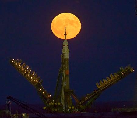 NASA表示,一直到2034年的11月25日之前,都不會再有這麼接近地球的滿月了。圖為哈薩克斯坦火箭發射時拍攝到的超級月亮。(Bill Ingalls/NASA via Getty Images)