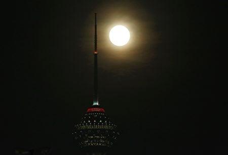 伊朗上空的超級月亮。(ATTA KENARE/AFP/Getty Images)