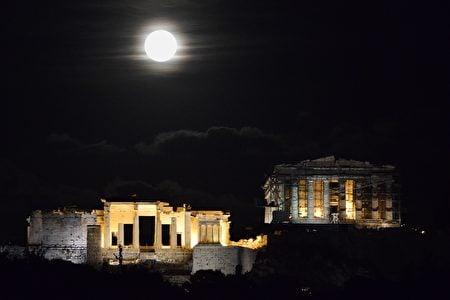 雅典上空的超級月亮。(LOUISA GOULIAMAKI/AFP/Getty Images)