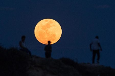 坦桑尼亞上空的超級月亮。(DANIEL HAYDUK/AFP/Getty Images)