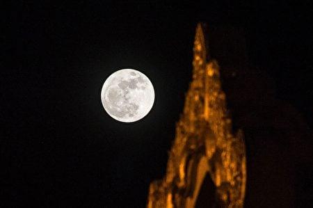 緬甸上空的超級月亮。(ROMEO GACAD/AFP/Getty Images)