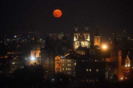 布拉格上空的超級月亮。(MICHAL CIZEK/AFP/Getty Images)