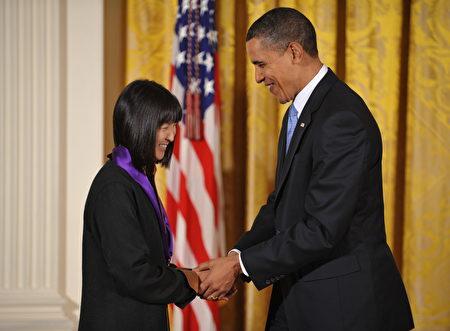 2010年2月25日,奧巴馬總統在白宮為林瓔授予美國官方最高藝術獎——美國國家藝術獎後,與林瓔握手。(MANDEL NGAN/AFP/Getty Images)
