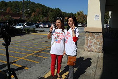 亞城華人參政踴躍,彩虹團隊力挺特朗普。圖為彭彩虹(右)和Diane徐(左)在接受採訪。(文竹/大紀元)