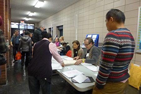 協調員馬文南說,孫逸仙中學的投票站今年突然增加了三類人:白人年輕選民、第一次參加選舉的人、使用臨時(宣誓)選票的人。 (蔡溶/大紀元)