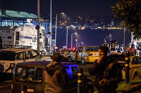 伊斯坦堡一座足球場外12月10日發生汽車炸彈爆炸,造成29人死亡166人受傷。這是2016年震撼土耳其的最新攻擊事件。(AFP PHOTO / OZAN KOSE)