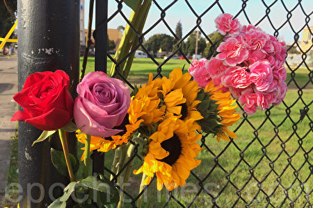 12月4日,奧克蘭市民在火災現場獻上花束悼念死者。(林驍然/大紀元)