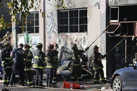 12月3日凌晨,加州奧克蘭發生火災。截至4日下午,消防部門已搜查了大約40%的區域,找到33具屍體,仍有人失蹤。(Elijah Nouvelage/Getty Images)
