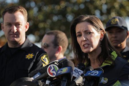 12月4日,加州奧克蘭市長莉比・沙夫(Libby Schaaf,右)第二天在火災現場舉行記者會。(Elijah Nouvelage/Getty Images)
