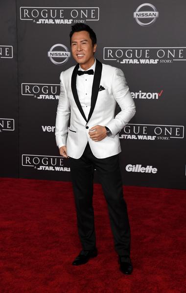 12月10日,甄子丹以一身白色修身西裝造型出席《俠盜一號:星球大戰外傳》在洛杉磯舉辦的全球首映禮。(Ethan Miller/Getty Images)