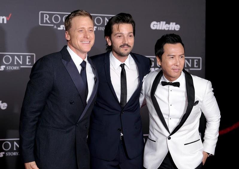 12月10日,《星球大戰外傳:俠盜一號》在洛杉磯舉行全球首映式,(右至左)主要演員甄子丹、Diego Luna與Alan Tudyk合影。(Frazer Harrison/Getty Images)