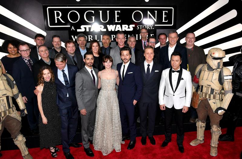 12月10日,甄子丹(前排右二)出席《俠盜一號:星球大戰外傳》在洛杉磯舉辦的全球首映式。(Earl Gibson III/Getty Images for Disney)