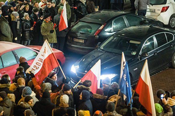 組圖:波蘭示威民眾包圍國會 衝突升高