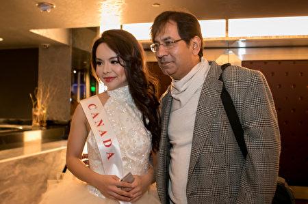 12月18日,世界小姐決賽結束後,許多觀眾爭相與林耶凡合影。(李莎/大紀元)