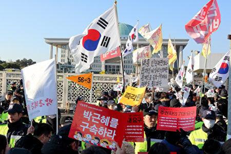 9日,南韓國會宣佈通過總統彈劾案前,守在國會外示威的民眾們。(全景林/大紀元)