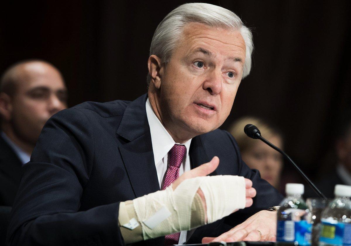 2016年9月20日,富國銀行CEO John Stumpf在華盛頓DC舉行的就私開客戶帳戶案的聽證會上作證。 (SAUL LOEB/AFP/Getty Images)