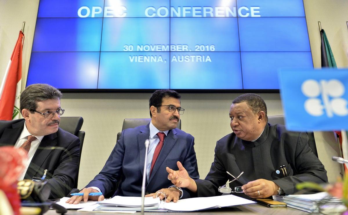 2016年11月30日,石油輸出國組織在奧地利維也納總部舉行會議,達成了八年來首次的減產協議,油價隨後衝上50美元大關。 (HERBERT NEUBAUER/AFP/Getty Images)