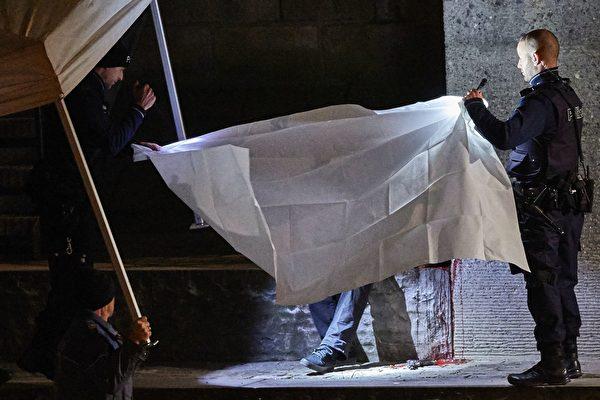 蘇黎世警方用白布遮住自殺身亡的槍手。(MICHAEL BUHOLZER/AFP/Getty Images)