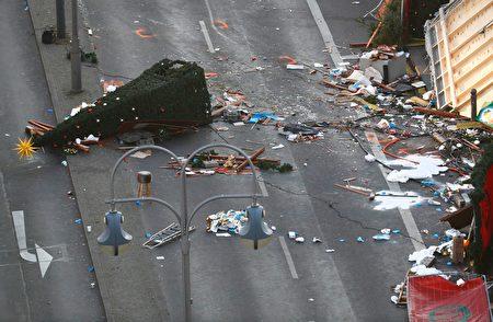 柏林聖誕市場貨車恐襲事件之後的第三天,事發現場仍然一片狼藉,地上還能看到貨車開過的痕跡。(ODD ANDERSEN /AFP/Getty Images)