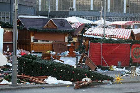 柏林聖誕市場貨車恐襲事件之後的第三天,事發現場仍然一片狼藉。這個聖誕市場將關閉幾天。(Sean Gallup/Getty Images)