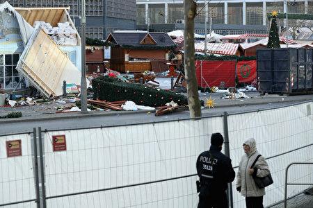 柏林聖誕市場貨車恐襲事件之後的第三天,事發現場仍然一片狼藉。這個聖誕市場將關閉幾天,周圍有警察值班。(Sean Gallup/Getty Images)