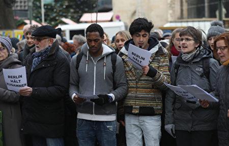 恐襲後兩天,在發生慘劇的聖誕市場旁,柏林市民和難民一起唱《四海一家》(We are the world)。(Sean Gallup/Getty Images)