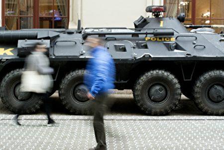 柏林聖誕市場恐襲後,歐洲其它國家也提高警惕。圖為匈牙利首都布達佩斯特市中心聖誕廣場旁的裝甲車,這輛警車來自匈牙利的「反恐中心」。(ATTILA KISBENEDEK/AFP/Getty Images)