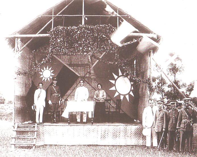 孫中山在黃埔軍校開學典禮演講,在場的還有蔣介石、宋慶齡、廖仲愷。(公有領域)
