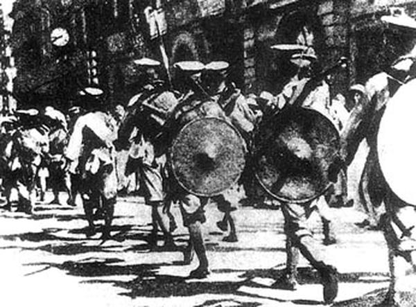 1927年北伐時期國民革命軍接管位於漢口的英國租界。(維基百科公有領域)