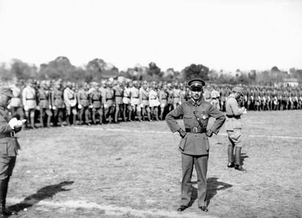 1933年剿共,國民政府軍事委員會委員長蔣介石親任豫鄂皖三省剿匪總司令部總司令。(維基百科公有領域)