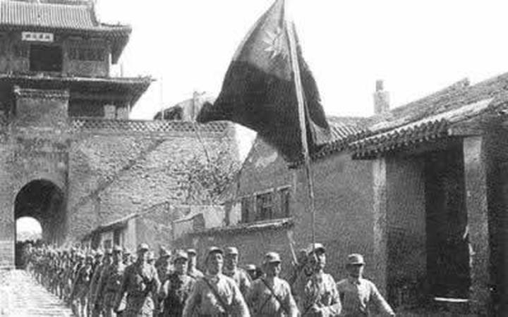1945年舉中華民國國旗的八路軍,但陽奉陰違,破壞抗日。(維基百科公有領域)