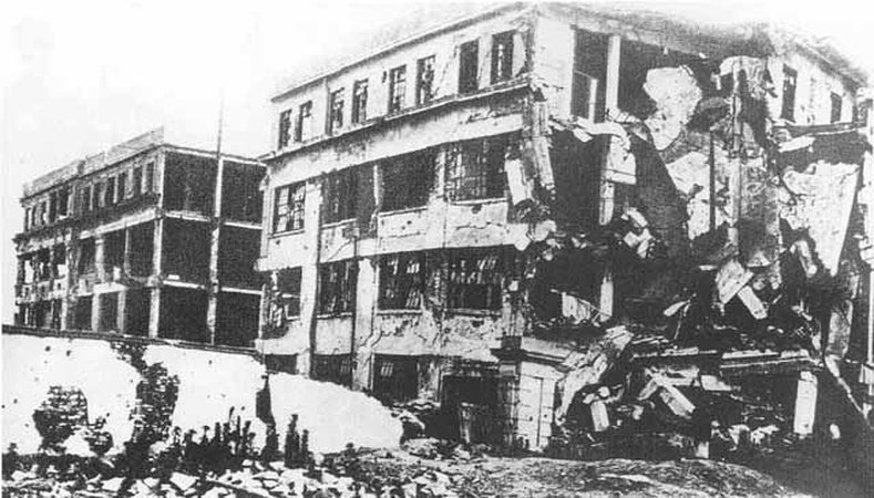 一•二八事變,上海的商務印書館及東方圖書館(中國最大的私人圖書館,藏書超過三十萬冊)均被炸毀。圖為轟炸後的上海商務印書館。(維基百科公有領域)