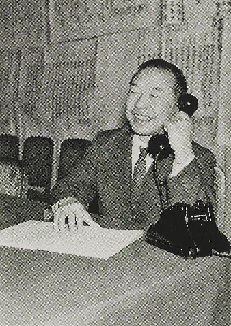 1956年的佐佐木更三。(維基百科公有領域)