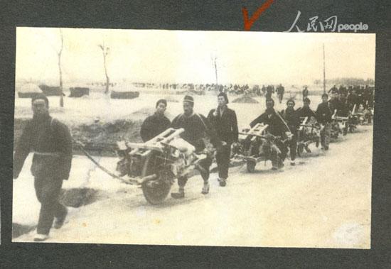 農民被迫用小推車支援共產黨後勤(維基百科公有領域)