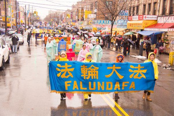 2月12日,部分法輪功學員在布碌崙盛大遊行,圖為遊行中的仙女隊。 (戴兵/大紀元)