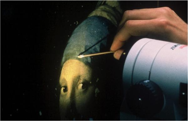 1994年間,Jorgen Wadum在海牙莫瑞泰斯皇家美術館擔任首席修復師時,在清洗《戴珍珠耳環的少女》。(Courtesy of Jorgen Wadum)