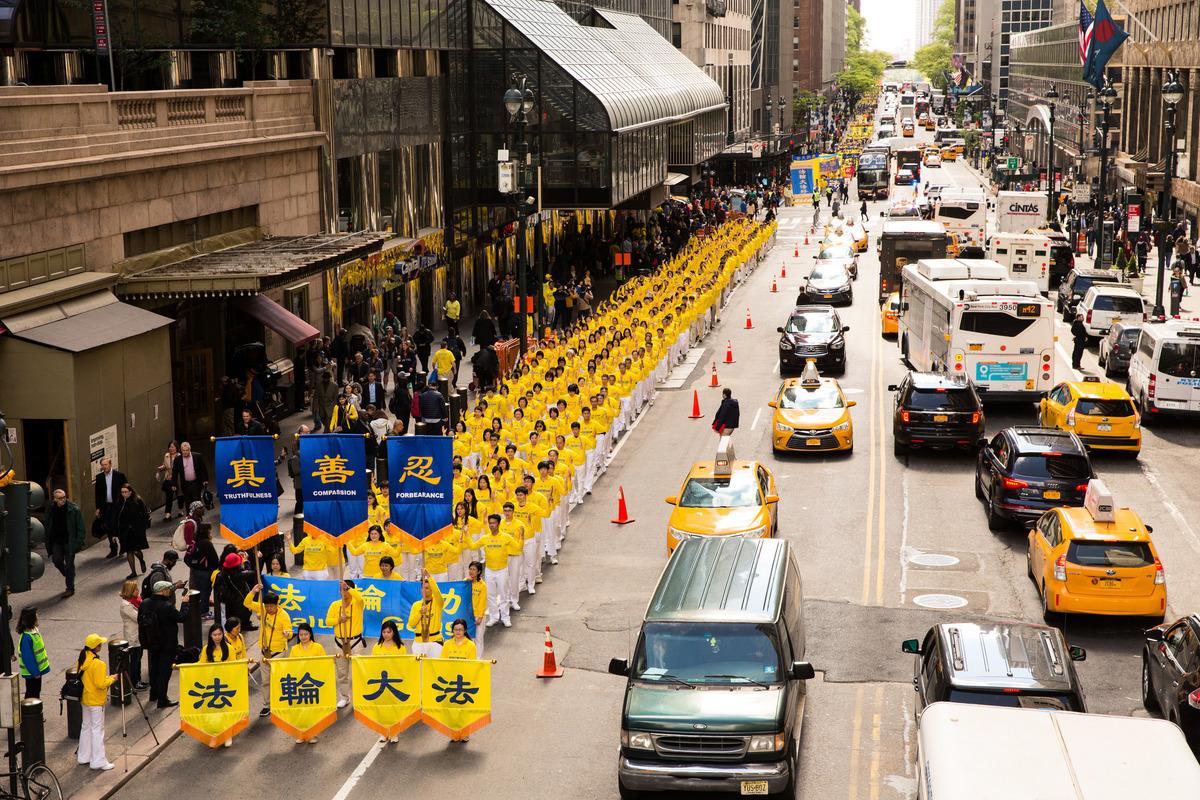 2017年5月12日,紐約上萬人舉行慶祝法輪大法弘傳世界25周年活動,並舉行橫貫曼哈頓中心42街的盛大遊行。圖為遊行隊伍的空拍圖。(艾文/大紀元)
