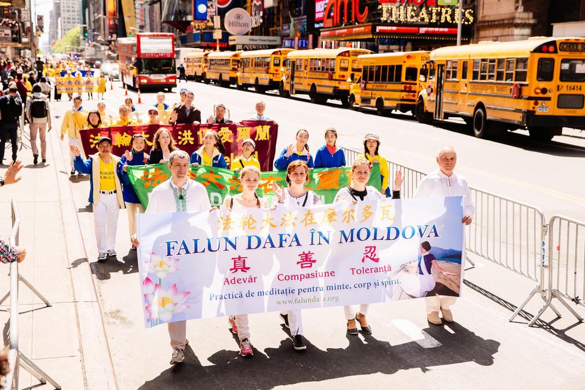 2017年5月12日,紐約上萬人舉行慶祝法輪大法弘傳世界25周年活動,並舉行橫貫曼哈頓中心42街的盛大遊行。圖為來自摩爾多瓦的部份法輪功學員。(愛德華/大紀元)