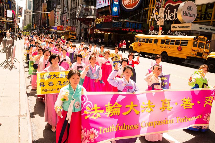 法輪大法洪傳25週年 各族裔盛裝慶祝