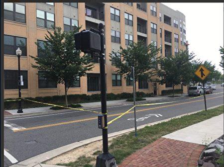 槍擊事件發生8小時後,犯罪現場附近的街區仍被警方封鎖。(析雨/大紀元)