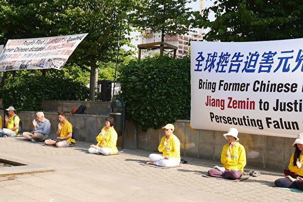 李克強訪問歐洲期間,法輪功學員要求法辦江澤民,停止迫害法輪功。(明慧網)