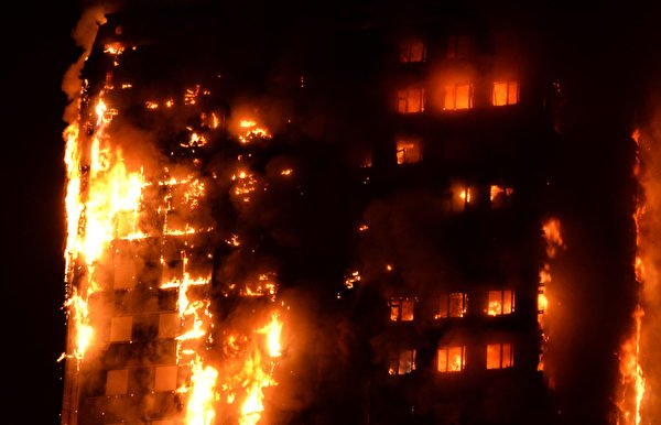 6月14日凌晨,倫敦24層的格倫費爾大廈發生大火,整棟公寓樓完全被大火吞噬。(GIULIO THUBURN/AFP)