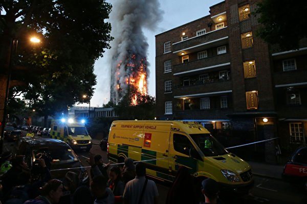 6月14日凌晨,倫敦24層的格倫費爾大廈發生大火,整棟公寓樓完全被大火吞噬。(DANIEL LEAL-OLIVAS/AFP)