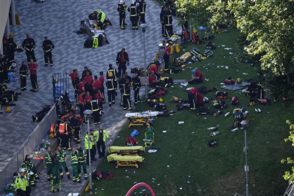 6月14日凌晨,倫敦格倫費爾大廈發生大火。圖為消防員和救難人員。(Leon Neal/Getty Images)