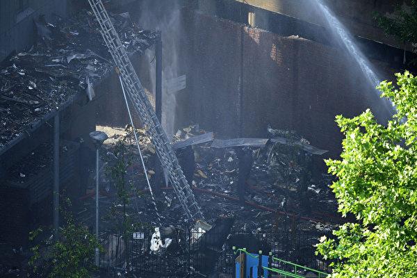 6月14日凌晨,倫敦24層的格倫費爾大廈發生大火,整棟公寓樓完全被大火吞噬。圖為消防車進行滅火。(Leon Neal/Getty Images)